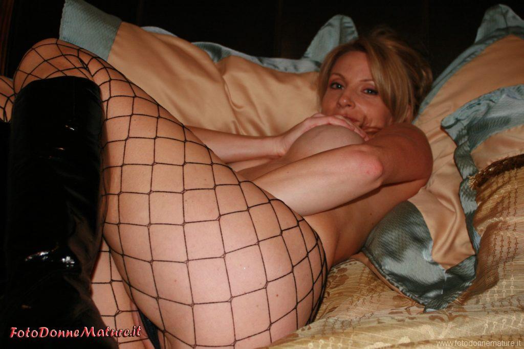 casalinga amatoriale calze a rete tettona