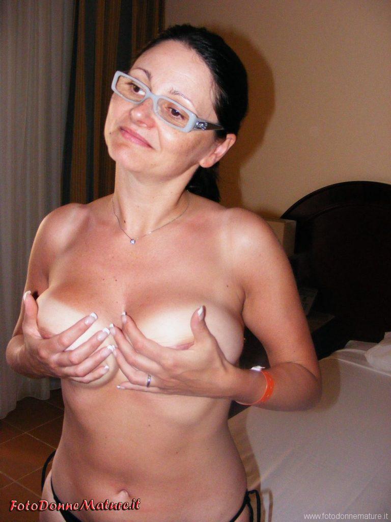 Mature nude: Casalinga mora naturale si regge le tette