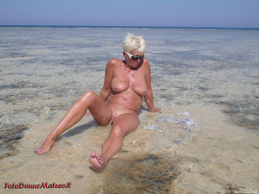 nonna matura porca in vacanza
