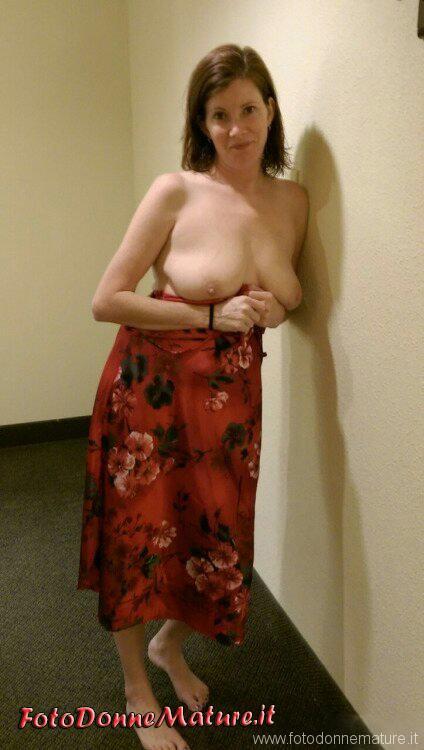 Milf gnoca esibizionista in hotel