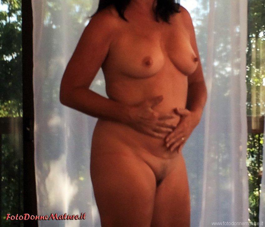 matura nuda si tocca la pancia