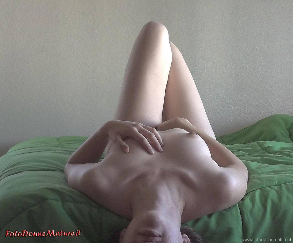 milf italiana nuda sul letto