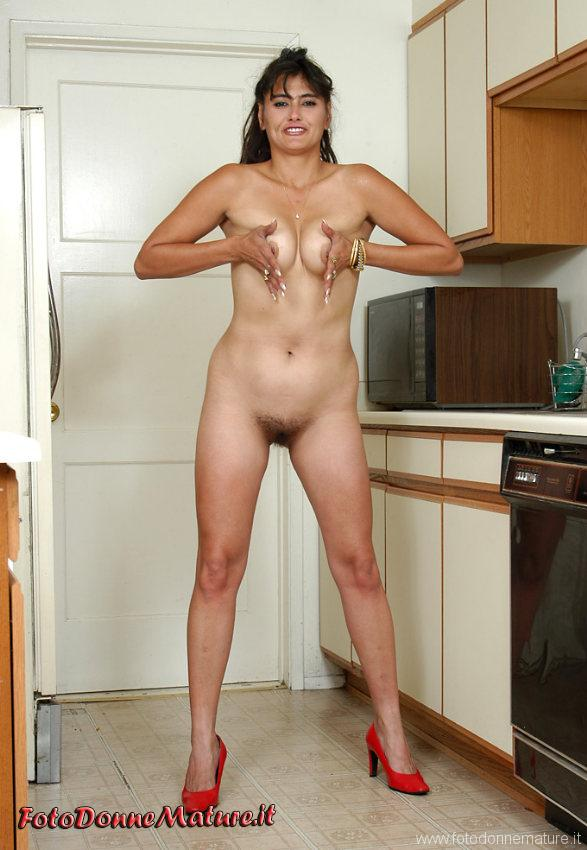 milf italiana stringe tette amatoriali nuda con figa pelosa