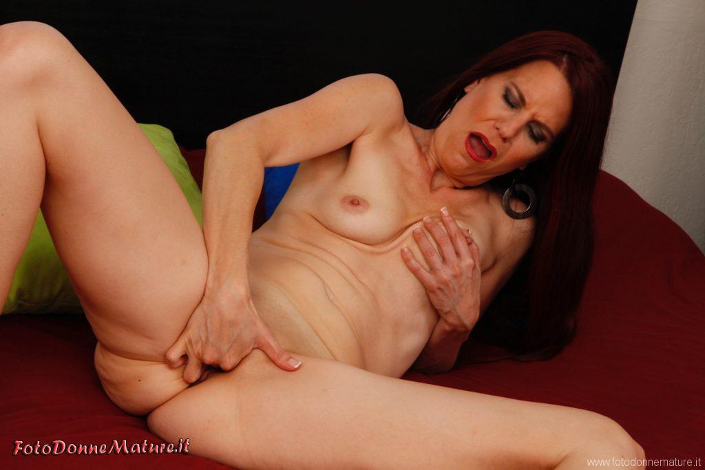 porno matura mette dita in fica depilata